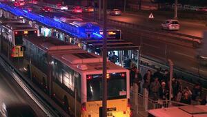 Hareketli dakikalar Polisten kaçtı, metrobüs yoluna girdi