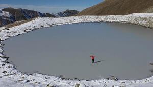 """Buz tutan gölün üzerinde yürüdüler""""Burayı böyle beklemiyorduk, muhteşem bir görüntü"""""""