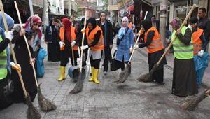 Bağlarda kadınlar sokakları temizledi