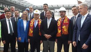 Bakan Kasapoğlu Alsancak ve Göztepe Stadyumlarını gezdi