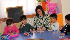 Aynur öğretmen çocuklara ışık oluyor