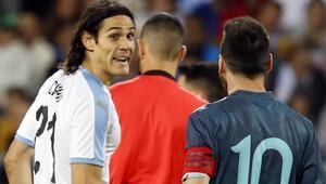 Tünelde kılıçlar çekildi Messi ve Cavani...
