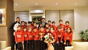 Balıkesirspor U-11 takımı oyuncuları, Başkan Avcı'ya teşekkür etti