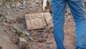 Evinin bahçesinde Roma döneminden kalma taş buldu