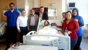Eşe hastanede sürpriz yıl dönümü kutlaması