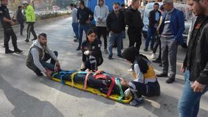 Park halindeki otomobile çarpan motosiklet sürücüsü yaralandı