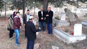 Öğretmenler, vefat eden öğretmenlerin mezarlarını ziyaret etti