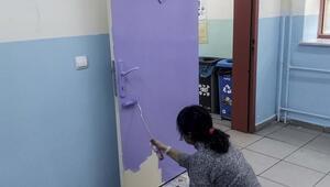 Okula tiyatro salonu kuran veliler, bu kez sınıf kapılarını boyadı