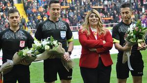 Berna Gözbaşı hakemlere çiçek verdi