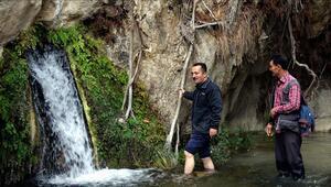 Bilecikte kayaların içinden çıkan sıcak su kaynağı ilgi görüyor