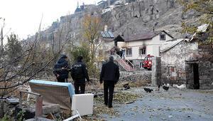 Kiracısına kızdı evi ateşe verip kayalıklara çıktı