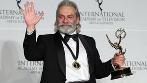 Haluk Bilginer, Şahsiyet dizisindeki performansıyla Uluslararası Emmy Ödülleri'nde En İyi Erkek Oyuncu seçildi
