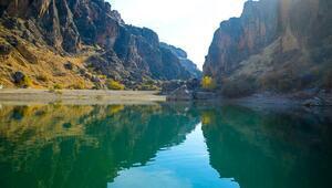 Fırat Nehrinin saklı kanyonları göz kamaştırıyor