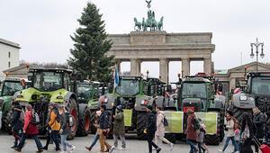 Brandenburg Kapısı'na traktörle girdiler