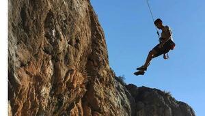 Öğretmenler, ilçenin tanıtımı için kaya tırmanışı yaptı
