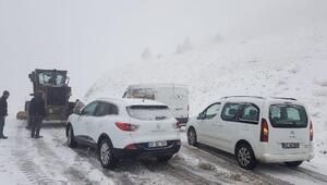 Tunceliye mevsimin ilk karı yağdı... Yollar kapandı, araçlar yolda kaldı