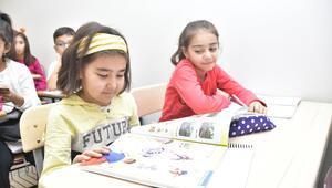 Mamaklı çocuklar İngilizce öğreniyor