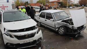 Araçlar kavşakta çarpıştı: 2 yaralı