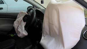 Yolda çökme oldu; rögar kapağına çarpan aracın hava yastıkları açıldı