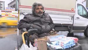 54 yaşındaki engelli, mendil satarak hayatını kazanıyor