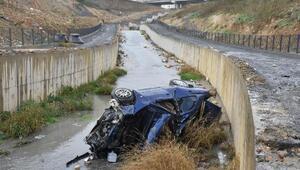 Başakşehirde otomobil su kanalına düştü