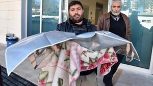 Minik kızının cenazesini battaniyeye sarıp, götürdü