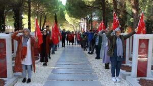 Gelibolu Anadolu İmam Hatip Lisesi öğrencileri, şehitlikleri ziyaret etti