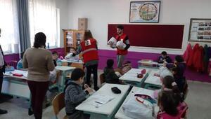 Kızılay Bursa Şubesi, Orhanelide öğrencilere yardım eli uzattı
