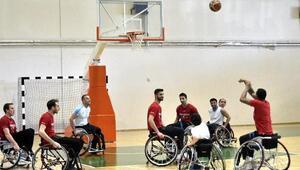 Mamak Belediyesinin basketbolcuları tekerlekli sandalye ile salonda