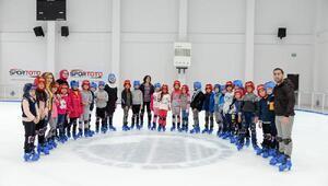 Altındağlı gençler, buz pistinde eğlendi