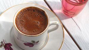 Misafir kahvenin yanında gelen suyu içince...