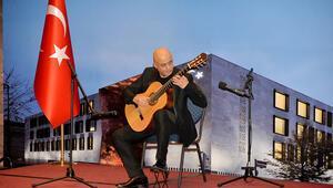 Berlin'de klasik gitarla Anadolu türkülerini çaldı