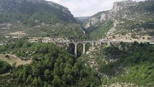 James Bondun düştüğü köprü ışıklandırılıyor