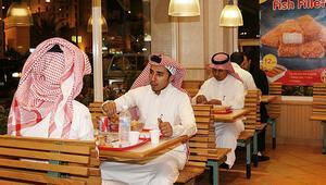 Suudi Arabistanda kadınlar artık restoranlara erkeklerle aynı kapıdan girebilecek