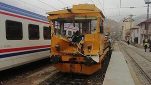 Sivasta demir yolunda iş makineleri çarpıştı: 1 ölü, 7 yaralı