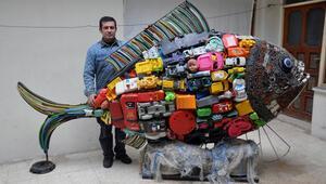 Plastik ve metal atıklarla 200 kiloluk balık heykeli yaptı
