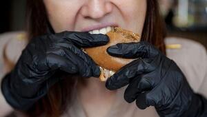 Uzmanlar uyarıyor: Hamburger yerken takılan siyah eldivenlere dikkat