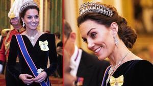 Kate Middletonın boynunda Kraliçenin düğün hediyesi