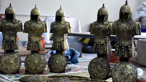 Sultan Alparslanın zırhı ve silahlarını mini heykellerle tanıtıyorlar