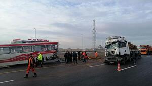 TIR durakta yolcu alan halk otobüsüne çarptı: Çok sayıda yaralı var