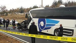 Kırşehirde otobüs ile otomobil çarpıştı: 3 ölü, 1 yaralı