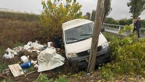 Minibüs direğe çarptı: 1 yaralı