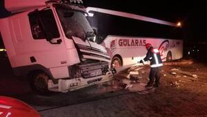 Malatyada otobüs ile kamyonet çarpıştı: 2 yaralı
