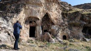 Diyarbakırda kaya mezarında Süryanice kitabe bulundu