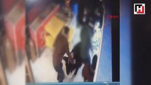 Tekel bayisine otomobille girmeye çalışan ve tekelciyi bıçaklayan şüpheli kamerada
