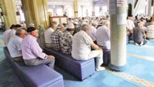 Diyanet yasakladı: Sandalyede namaz cami adabına uymaz