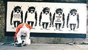 Fotoğrafçısı Banksy'nin yakalanmama sırrını açıkladı: Reflektör yeleği ve trafik konisi