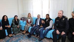 Vali Bilgin, öldürülen Zeynep Esinin ailesini ziyaret etti