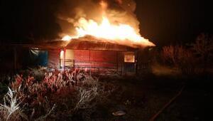 Ahır ve samanlıkta çıkan yangını itfaiye söndürdü