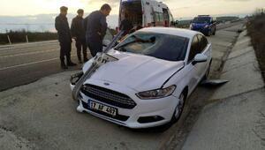 Yön tabelasına çarpan otomobilde 2 kişi yaralandı